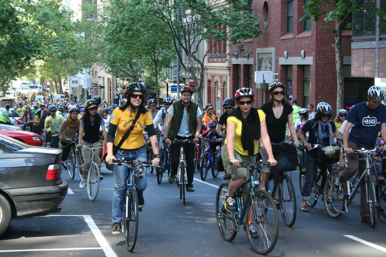 Cyclists_riding_in_Melbourne_for_350_Climate_Action.jpg