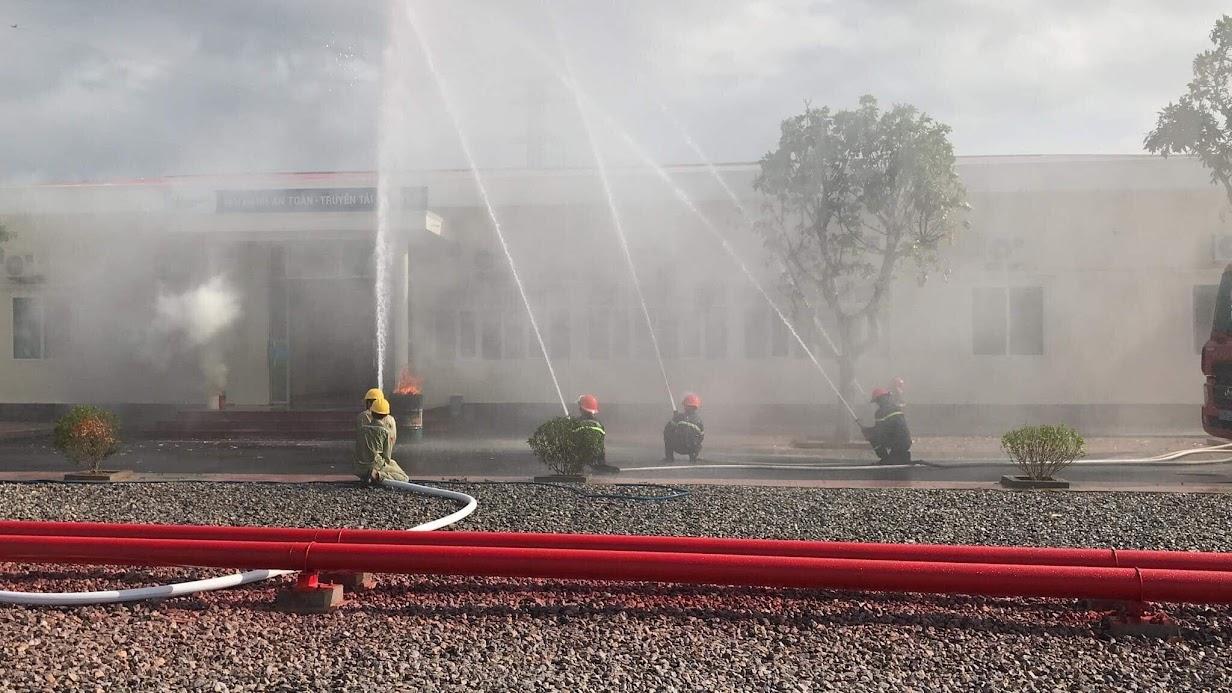 Lực lượng chữa cháy chuyên nghiệp triển khai đội hình chữa cháy