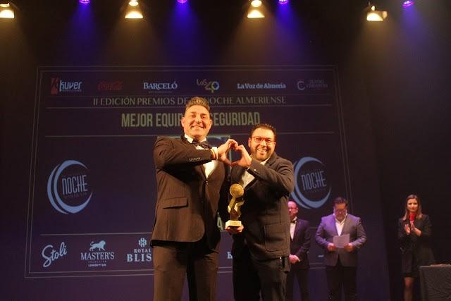 Óscar de Mata recibió el premio de manos de Pepo Verdejo, Programación Teatro.