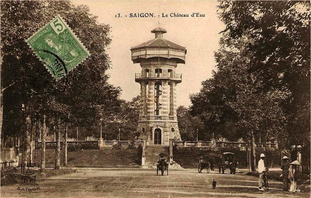 Tháp nước được xây dựng cùng thời với nhà thờ Đức Bà