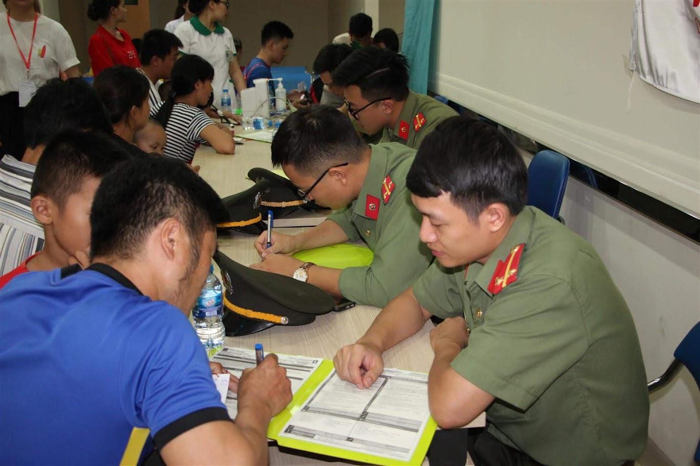 Đoàn viên thanh niên Phòng An ninh đối ngoại, giúp đỡ người nhà bệnh nhân khai báo thông tin ban đầu