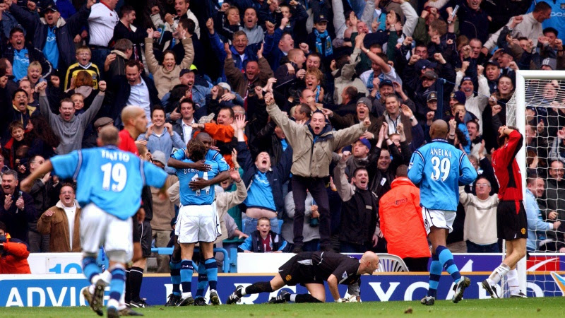 Photo: Manchester City's Shaun Goater (scorer of their second goal) is congratulated by Eyal Berkovic as Manchester United's Juan Veron, Fabien Barthez and Laurent Blanc turn away dejected