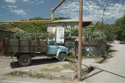 Typisch Georgien. Ein alter Kamaz-LKW steht vor dem Dorfbrunnen.