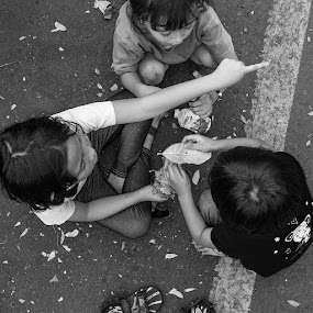 1, 2, 3, Go... by Alfon Adalah Klepon - Black & White Street & Candid ( playing, black and white, street, children, candid,  )