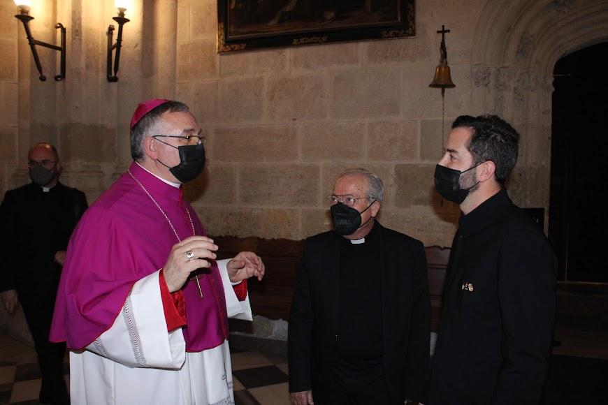 El obispo, junto al canónigo catedralicio, felicitando al director del coro de Adra Pedro Mena.