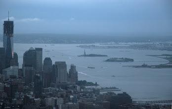 Photo: Vielä kerran rakenteilla oleva One World Trace Center ja Liberty Island (Vapaudenpatsas) ja Ellis Island