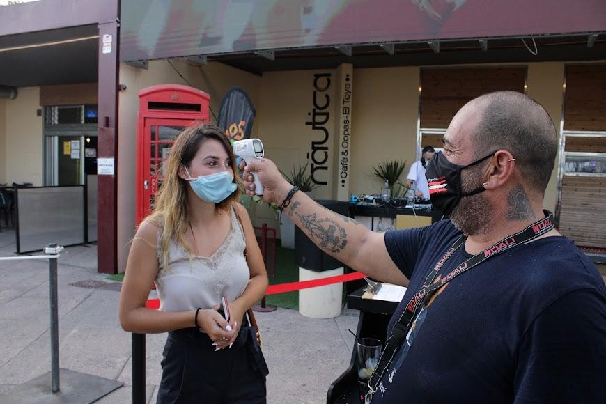 Tomando la temperatura de los clientes en la fiesta de Los40 en Náutica, en El Toyo.