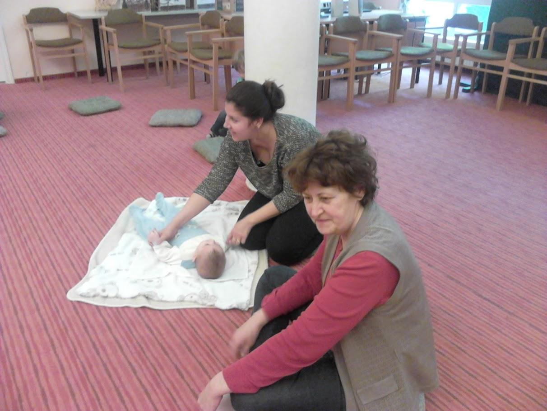Csecsemő, anya és nagymama a könyvtárban