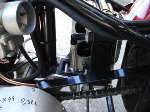 Triumph Dragster créé dans les ateliers de Machines et Moteurs, spécialiste de la restauration de machines anglaises,  côté transmission secondaire
