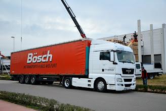 """Photo: 08-11-2012 © ervanofoto Intussen is er nog een grote vrachtwagen van """"Transporte Alois Bösch"""" uit Oostenrijkse Wolfurt (Vorarlberg) gearriveerd. Hij heeft de laatste lading hout bij zich, de lange en zware dakelementen."""
