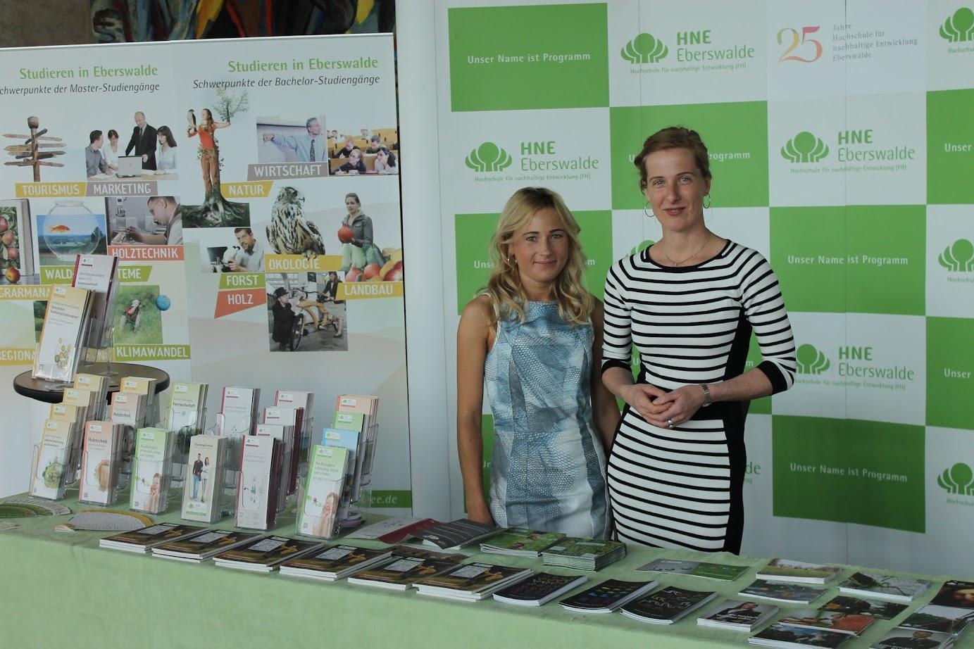 Ganz bezaubernd: Alicja Kaiuzna und Nadine Dembski von der Fachhochschule Eberswalde informieren über Aus- und Weiterbildungsangebote sowie Studiengänge.