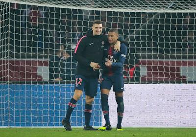📷 Meunier poseert met de trofee van het WK voetbal, maar Mbappé heeft een leuke reactie klaar