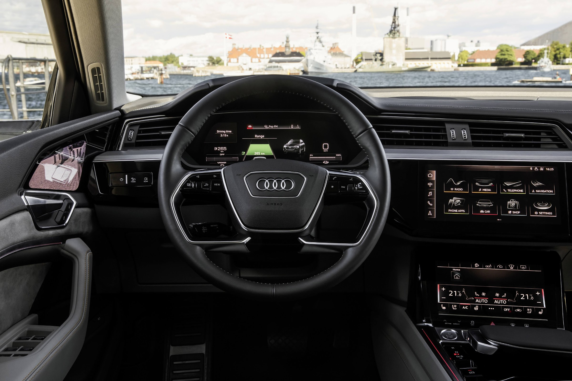 Ney2NfcrFezzd JzQc22k6yvBlQ 6URfdmDPBM7vWEJkO4gRLxnkjoovEotkzbf7PvQwgnj3tXBYmJHVEsmCLZalPBaFMA9cJz0xNdNYZIAF9xLNTLtjgY1VSgdOs1zE45 Pp NPyA=w2400 - Así es el interior del Audi e-tron quattro, pantallas por retrovisores