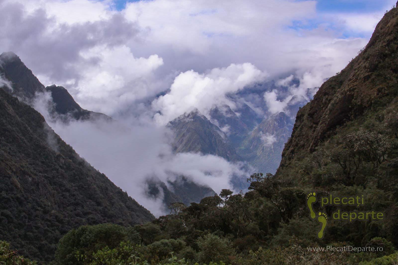 Muntii Anzi din Peru, vazuti de pe Inca Trail, la sfarsitul zilei a 2-a pe traseu