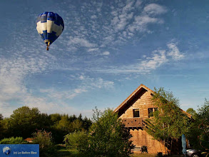 Photo: Notre ballon bleu au-dessus de notre maison Le Ballon Bleu !