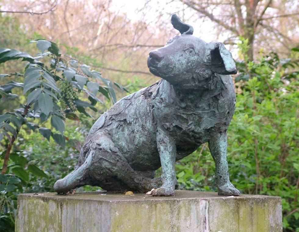 A estátua do pequeno cão marrom