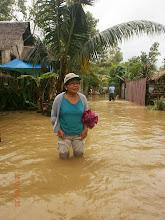 Photo: Pastori Nena Sonio on auttamassa Aromassa