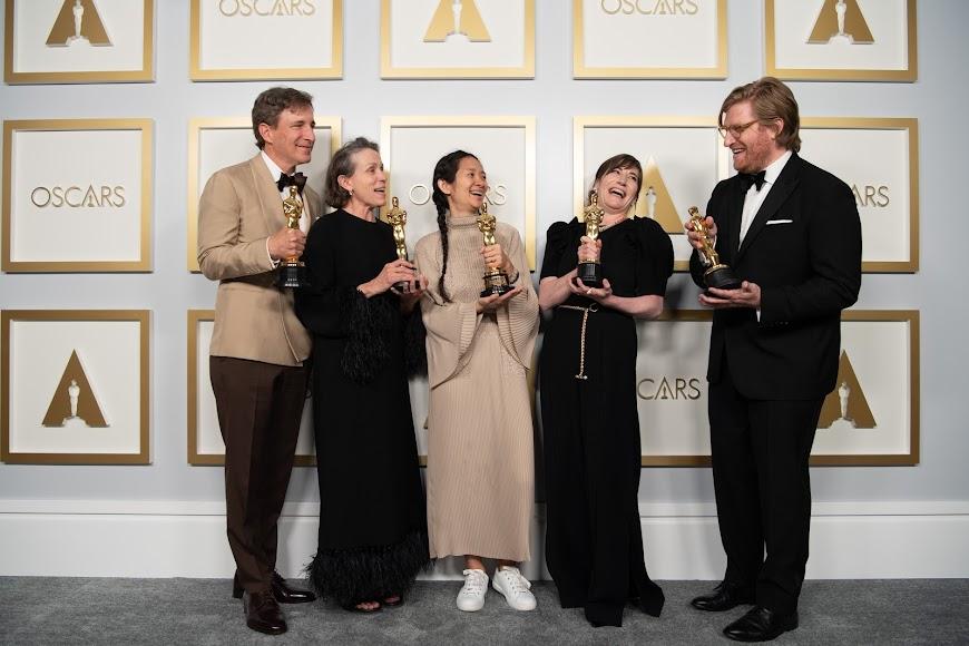 Peter Spears, Frances McDormand, Chloe Zhao, Mollye Asher y Dan Janvey con sus premios Óscar.