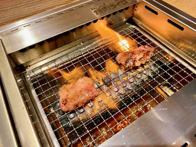 無煙ロースターで焼いてるお肉