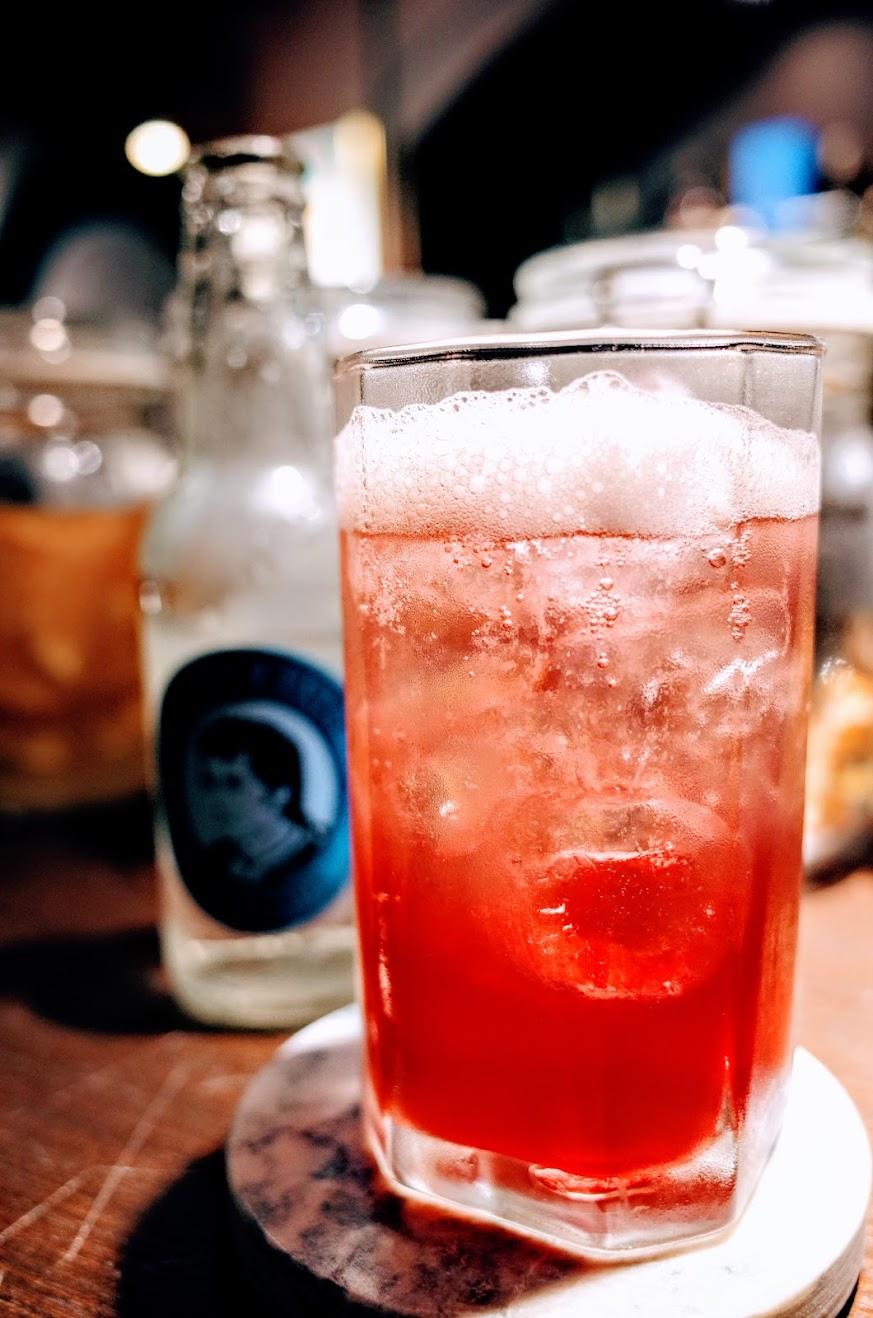 這是一杯無酒精的調酒,有火龍果/蔓越梅,另外還有氣泡水...