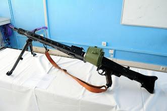 Photo: Univerzální kulomet M53.Poválečná jugoslávská verze německého kulometu MG 42. Dále o kulometu MG 42: Kulomet je zmodernizovaná, spolehlivější a jednodušší verze původního kulometu MG 34. Obávaná metla nepřátel třetí říše byl právě tento kulomet. Kulomet dokáže během jedné minuty vypálit až 1550 ran. Zbraň díky tomu měla charakteristický, hrůzu nahánějící zvuk. Americká armáda kvůli těmto kulometům dokonce točila výukové filmy, aby se vojáci byli schopni vyrovnat s psychologickým traumatem. Na plážích Normandie mu padaly za oběť tisíce spojeneckých vojáků. Je to jeden z prvních kulometů vyráběný metodou lisování plechů. Později sloužil jako vzor americkému kulometu M60 používaném během války ve Vietnamu. Německá armáda má modernizovanou verzi tohoto kulometu nadále ve výzbroji pod označením MG3. Autor popisku - Štěpán Pravda, student 2. A.