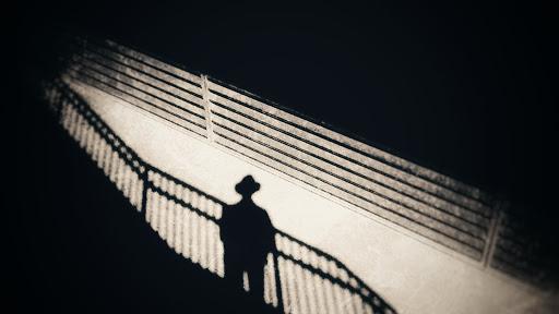 Sombra de un hombre usando un sombrero