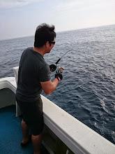 """Photo: 今度は昨晩から船に来てずっとお酒飲んでる""""ヤマグチさん""""「酔拳フィーッシュ」"""