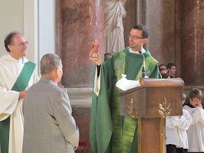 Photo: Vom Pfarrer bekommt Hans eine Stephanus-Figur.