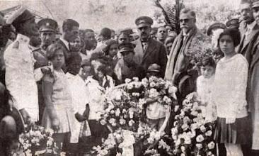 Photo: Presidente Washington Luis (de óculos escuros) cercado de crianças e autoridades em sua chegada a Petrópolis na inauguração da Rodovia Washington Luis. Foto de 1928