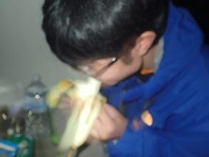 Photo: 辛すぎて、バナナをむさぼりまくる