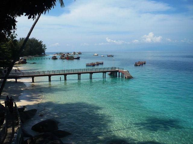 Pantai dan air laut jernih di Pulau Perhentian Besar, Terengganu.