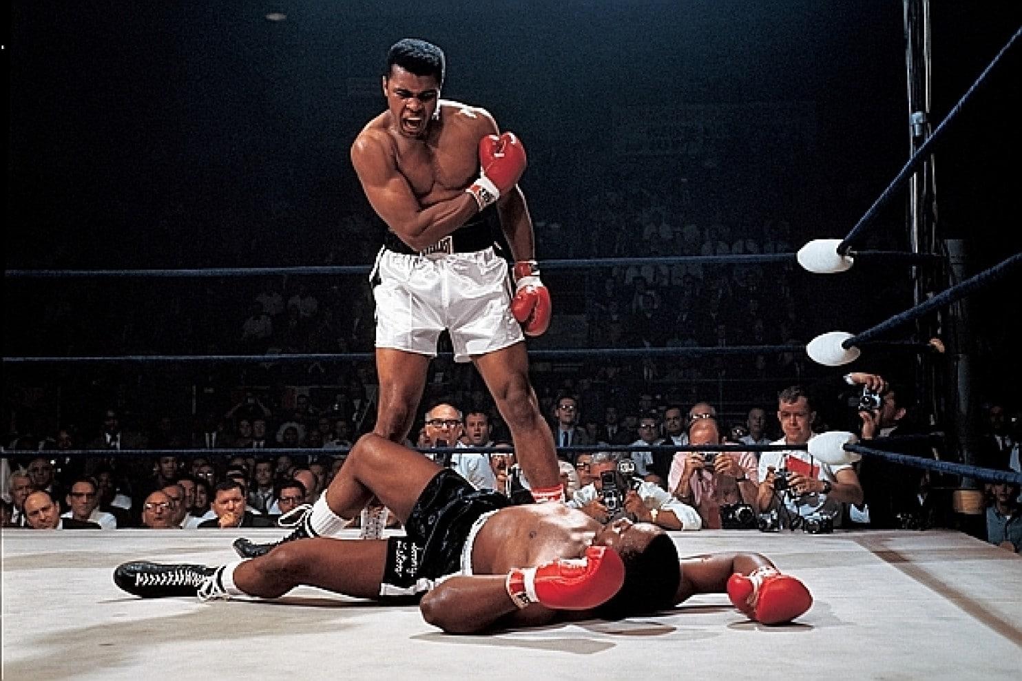 Ali 22 tuổi hạ gục Sonny Liston và trở thành nhà vô địch thế giới kinh điển lần đầu tiên