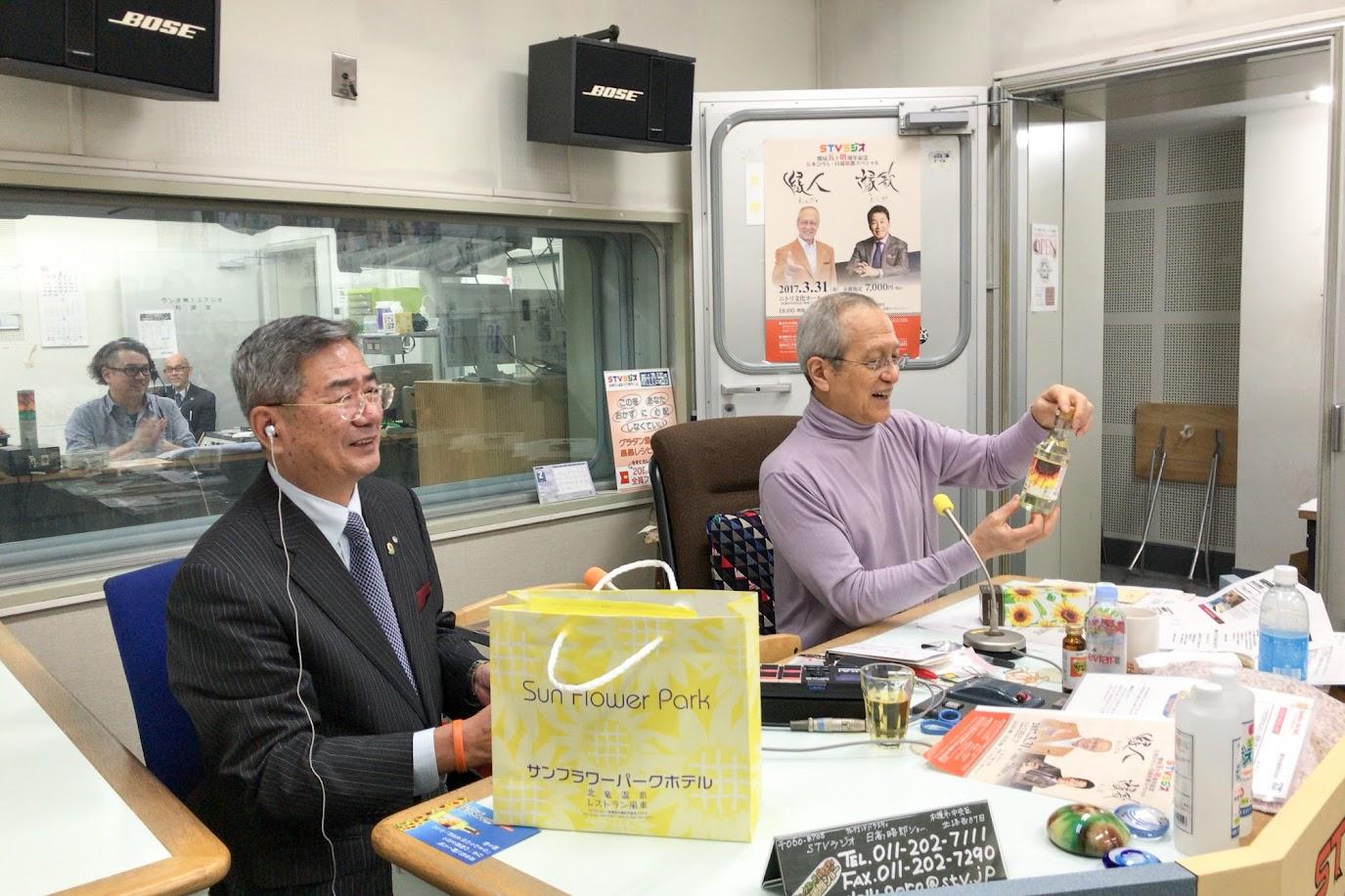「燦燦ひまわり油」に見入る晤郎さん@日高晤郎ショースタジオ(STVラジオ) </p>
