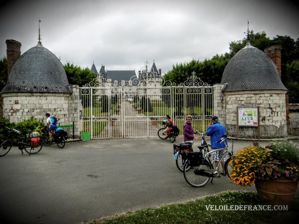 Le château de Mesnières en Bray sur l'Avenue Verte - Paris Londres à vélo par veloiledefrance.com