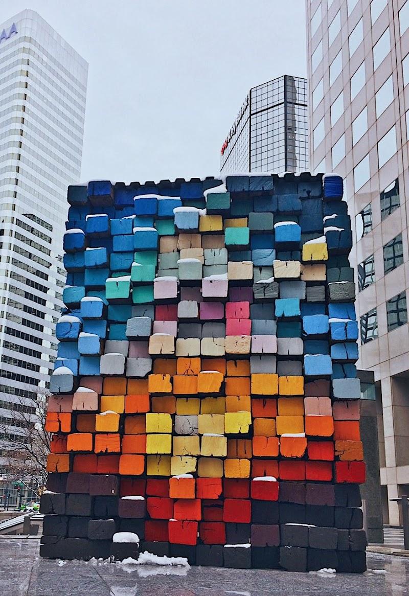 Un cubo colorato tra i grattacieli di Denver di Giorgia Gerace