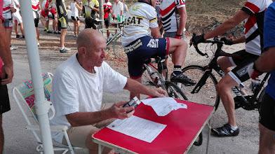 Photo: Gérard tamponne les feuilles de route pour le challenge