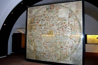 Photo: Das Original der Ebstorfer Weltkarte verbrannte 1943 in der Landesbibliothek Hannover. Die Kulmbacher Kopie der Ebstorfer Weltkarte ist eine von vier Reproduktionen, welche von 1950 bis 1955 im Gerbdruckverfahren auf Ziegenlederpergament übertragen wurden. Eine Kopie befindet sich heute im Kloster Ebstorf, die zweite in Lüneburg; die dritte wurde von der Firma Reemtsma dem griechischen Königspaar geschenkt. Da auf der Weltkarte als einzige Burg die Plassenburg abgebildet ist, wurde im Jahre 1962 eine dieser vier Kopien von der Stadt Kulmbach angekauft. 2007 wurde die 'Mappa mundi', in Segmente zerlegt, digital rekonstruiert und neu kommentiert.