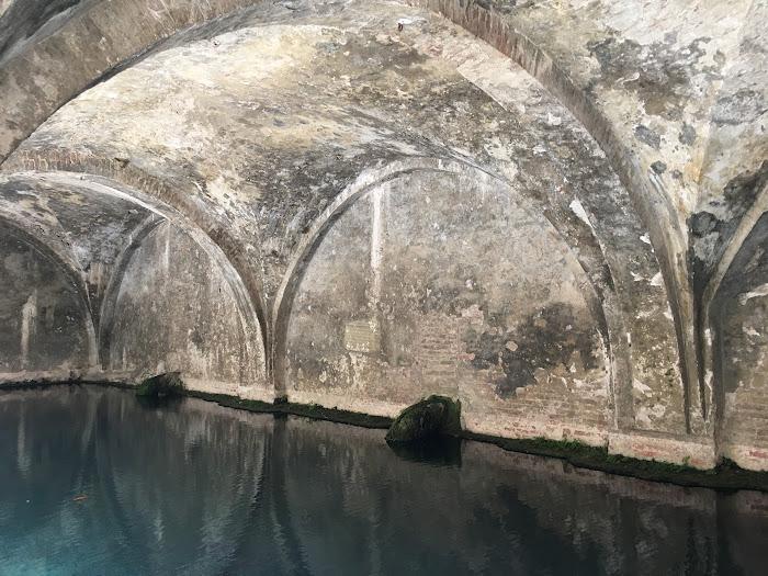 Gli archi sopra la grande vasca di Fontebranda, la più grave e importante fontana medievale di Siena