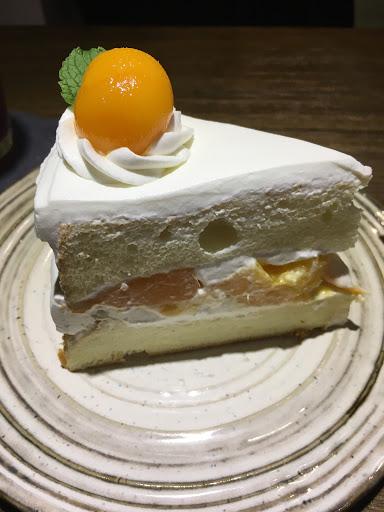 芒果生乳蛋糕 鮮奶油順口,芒果甜度適中,海綿蛋糕濕潤不死甜,非常厲害。 黑糖牛奶濃郁用料實在,老闆用心👍