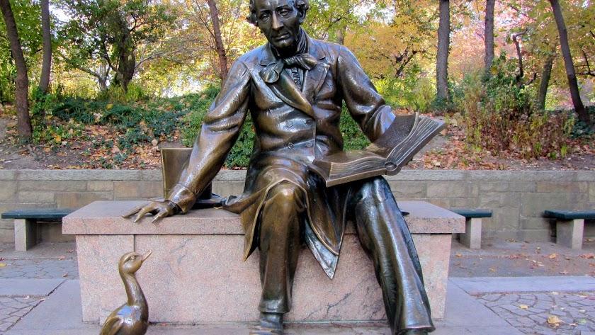 Estatua de Hans Christian Andersen en Nueva York.