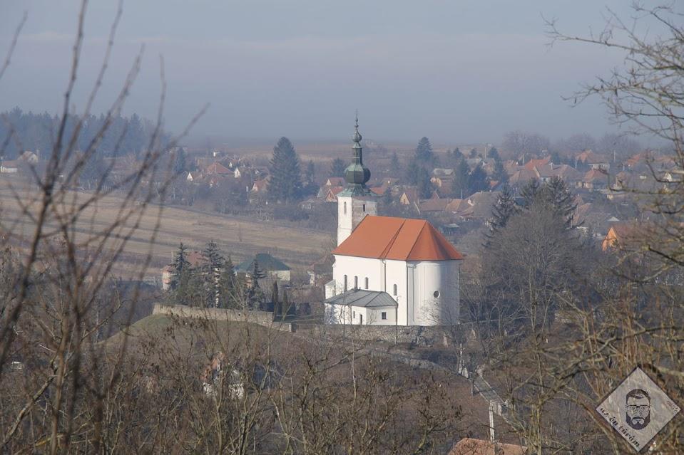 KÉP / Nagyboldogasszony templom a távolból
