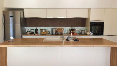 Une cuisine ouverte avec son îlot central...