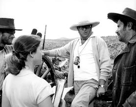 """Photo: Sergio Leone no intervalo das filmagens de """"Três Homens em Conflito"""". Clint Eastwood e Eli Wallach observam o diretor."""