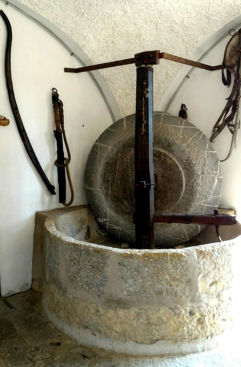 Antico frantoio  con mola in pietra di VeraWilma