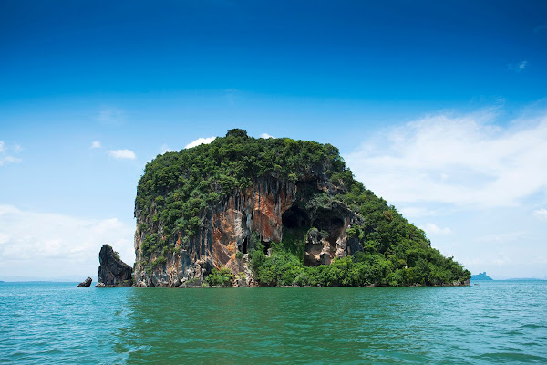 Explore the old and large rock island of Koh Talabeng