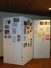 Photo: Tentoonstelling met foto's, krantenartikelen en teksten over de families Van Straten. Tevens enkele gedichten geschreven door de basisschoolleerlingen.