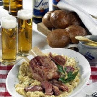 Hämmcher met Kappes (Eisbein mit Sauerkraut)