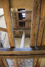 Photo: A už ide hore - najťažší zo všetkých trámov - prievlak pod zvonové piate podlažie. Kresaný čerstvý dub 25x25 cm, dĺžka takmer 6 m, hmotnosť cca 300kg.