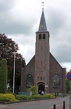 Photo: Kerkstraat met kerk, links ingang kerkhof waar onze ouders begraven liggen