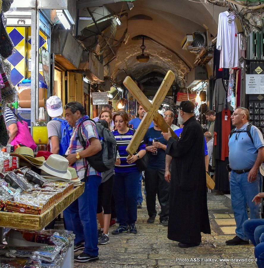 Виа Долороза – путь страдания Иисуса Христа. Паломники. Иерусалим, Старый город.